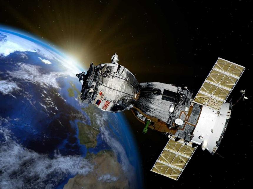 Satélite em órbita da Terra com o Sol ao fundo.